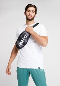 Nike Performance - HIP PACK - Bältesväska - black/white - 1