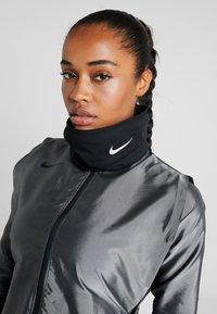 Nike Performance - RUN THERMA SPHERE NECKWARMER 3.0 - Tubhalsduk - black/silver - 4