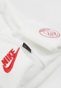 Nike Performance - PARIS ST GERMAIN DRY BEANIE - Čepice - white/university red - 5