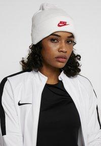 Nike Performance - PARIS ST GERMAIN DRY BEANIE - Čepice - white/university red - 3