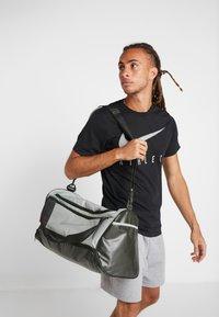 Nike Performance - DUFF - Sportovní taška - jade horizon/sequoia/reflective - 1