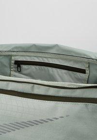 Nike Performance - DUFF - Sportovní taška - jade horizon/sequoia/reflective - 4