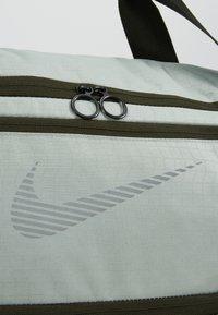Nike Performance - DUFF - Sportovní taška - jade horizon/sequoia/reflective - 7