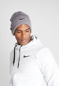 Nike Performance - BEANIE CUFFED UTILITY - Gorro - gunsmoke - 0