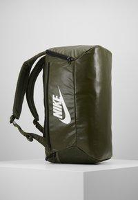 Nike Performance - DUFF - Batoh - khaki/cargo khaki/white - 3