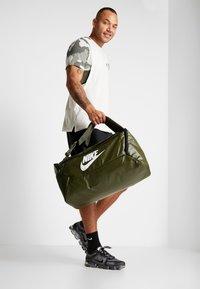 Nike Performance - DUFF - Batoh - khaki/cargo khaki/white - 1