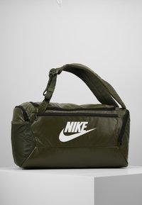 Nike Performance - DUFF - Batoh - khaki/cargo khaki/white - 0