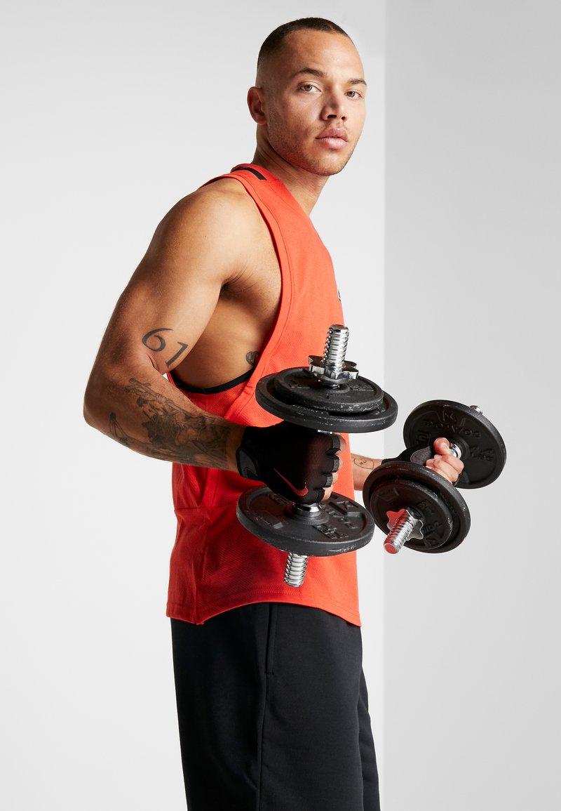 Nike Performance - ULTIMATE FITNESS GLOVES - Handsker - black/light crimson