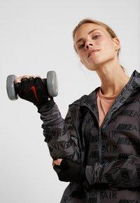 Nike Performance - ULTIMATE FITNESS GLOVES - Handsker - black/light crimson - 1