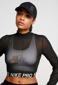 Nike Performance - DRY AEROBILL - Czapka z daszkiem - black/white - 4