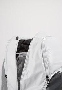Nike Performance - Reppu - photon dust/smoke grey/ghost green - 5