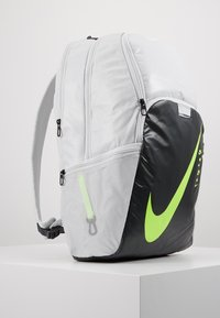 Nike Performance - Tagesrucksack - photon dust/smoke grey/ghost green - 4