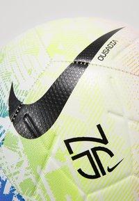 Nike Performance - NEYMAR JR STIRKE - Piłka do piłki nożnej - white/volt/red orbit/black - 2
