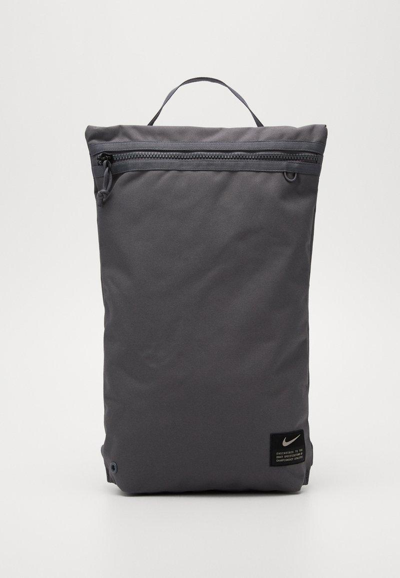Nike Performance - UTILITY - Sac à dos - dark grey/dark grey/enigma stone