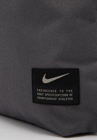 Nike Performance - UTILITY - Sac à dos - dark grey/dark grey/enigma stone - 3