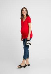 Noppies - V-NECK ZIZA TEE - Camiseta básica - tango red - 1
