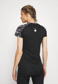 ION - TEE HALF ZIP TRAZE - T-shirt z nadrukiem - black - 2