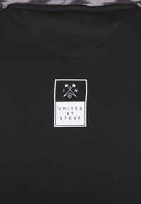 ION - TEE HALF ZIP TRAZE - T-shirt z nadrukiem - black - 5