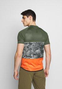 ION - TEE HALF ZIP TRAZE - T-shirt z nadrukiem - root brown - 2