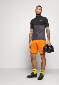 ION - BIKESHORT PAZE - Sports shorts - riot orange - 1