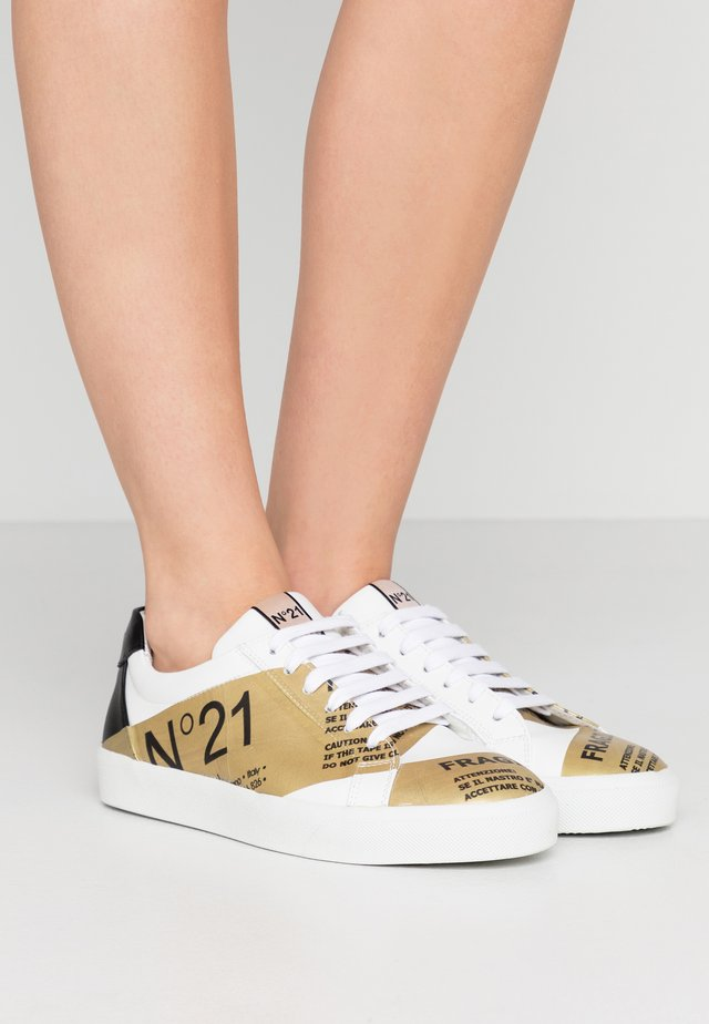 GYMNIC - Sneakers - white/gold