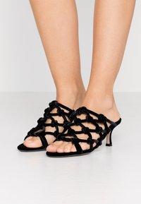 N°21 - Pantofle na podpatku - black - 0