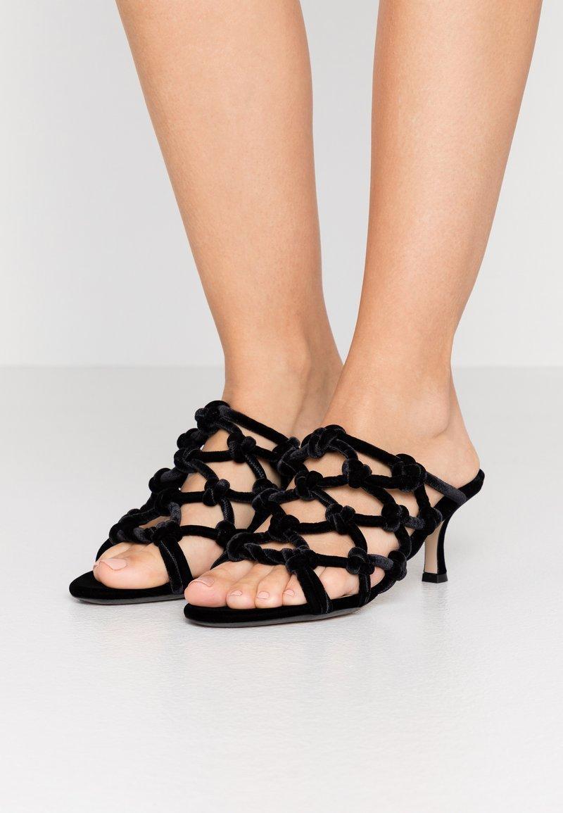 N°21 - Pantofle na podpatku - black