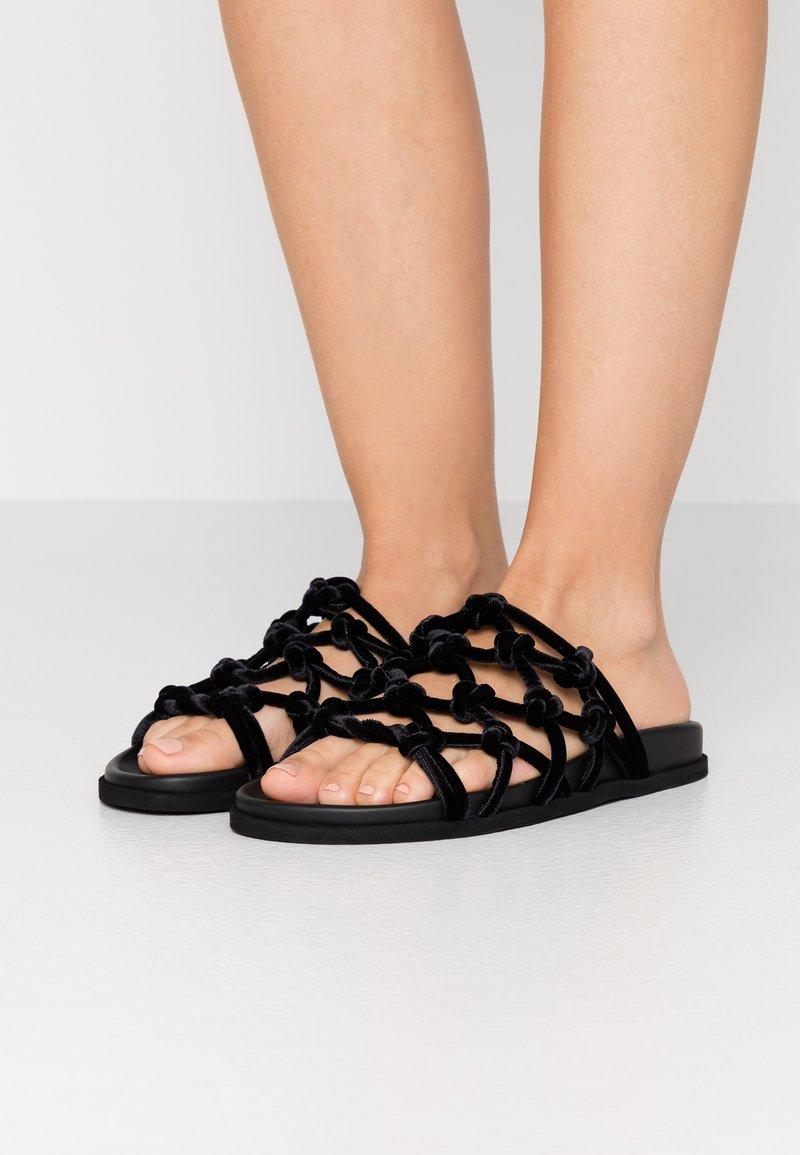 N°21 - Pantofle - black