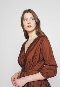 N°21 - Korte jurk - indian sienna - 3