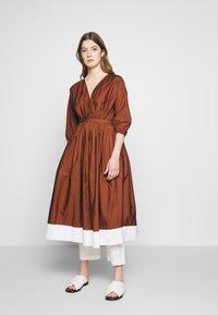 N°21 - Korte jurk - indian sienna - 1