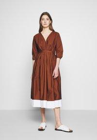 N°21 - Korte jurk - indian sienna - 0