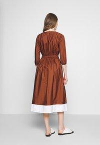 N°21 - Korte jurk - indian sienna - 2