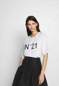 N°21 - T-shirt imprimé - white - 0