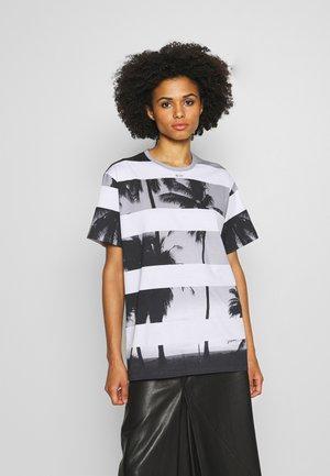 T-shirt print - rigato fondo bianco