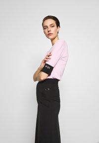 N°21 - ROUND NECK CUFF TEE - T-shirt basic - pale pink - 3
