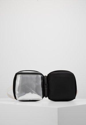 Taška spříčným popruhem - black/silver