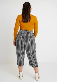 New Look Curves - VINNIE STRIPE EMERALD TIE WAIST CROP - Trousers - black pattern - 2