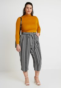 New Look Curves - VINNIE STRIPE EMERALD TIE WAIST CROP - Trousers - black pattern - 1