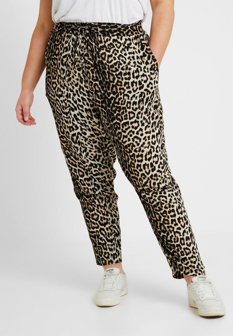 New Look Curves - MARK ANIMAL - Pantalon de survêtement - brown