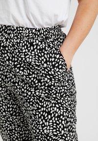 New Look Curves - CURVES LOUISE SPOT JOGGER - Pantalon classique - black - 4