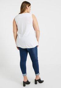 New Look Curves - V NECK BUBBLEHEM - Toppe - white - 2