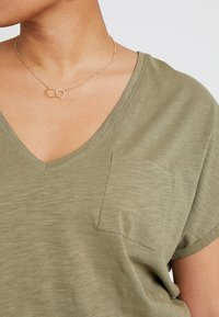 New Look Curves - ORGANIC V NECK POCKET TEE 2 PACK - T-shirt basique - black/khaki - 4