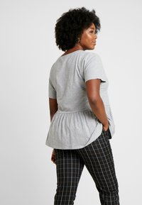 New Look Curves - PEPLUM HEM TEE 2 PACK - T-shirt imprimé - grey - 2