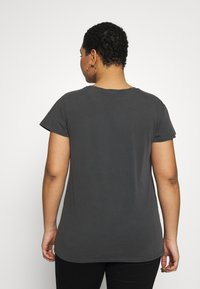 New Look Curves - WILD AND FREE LEOPARD FOIL TEE - T-shirts med print - mid grey - 2