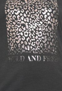 New Look Curves - WILD AND FREE LEOPARD FOIL TEE - T-shirts med print - mid grey - 5