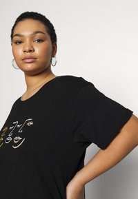 New Look Curves - SCRIBBLE FACE TEE - T-shirts med print - black - 5