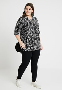 New Look Curves - SPOT ZIP FRONT - T-shirt con stampa - black - 2