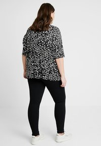 New Look Curves - SPOT ZIP FRONT - T-shirt con stampa - black - 3