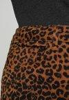 New Look Curves - CURVES ANIMAL - Jeans slim fit - brown