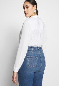 New Look Curves - WAIST ENHANCE MOM - Džíny Straight Fit - mid blue - 2